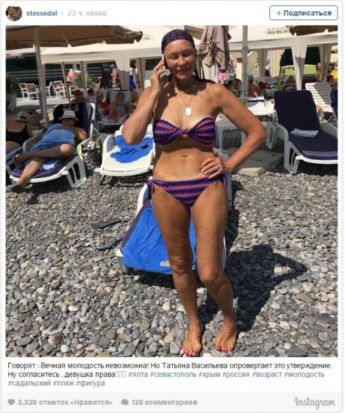 69-летняя Татьяна Васильева блеснула загаром на береге