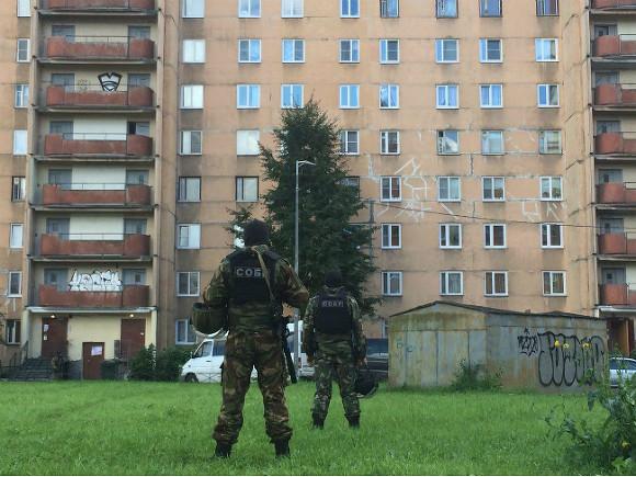 Спецназ окружил жилую многоэтажку наЛенинском вПетербурге: издома вывели боевиков